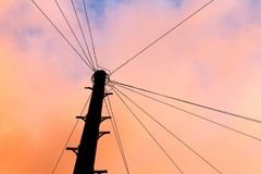 在日落的电话线杆剪影 免版税图库摄影