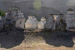 在日落的白色古老stupa在一间佛教徒修道院谢伊Gonpa,印度斯谷,拉达克,印度附近 免版税图库摄影