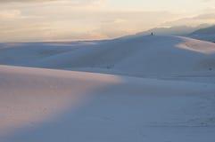 在日落的白色沙子国家历史文物沙丘 库存图片