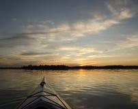在日落的皮船 库存照片