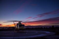 在日落的直升机 免版税库存照片