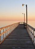 在日落的码头在软的柔和的淡色彩 免版税库存照片