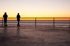 在日落的码头渔 库存图片