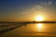 在日落的码头 库存图片