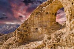 在日落的砂岩曲拱在地质Timna公园 库存照片