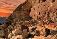 在日落的砂岩曲拱在地质Timna公园 免版税库存图片