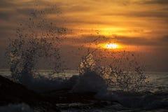 在日落的碎波 免版税库存图片