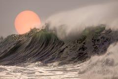 在日落的碎波 库存照片