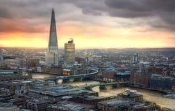 在日落的碎片 伦敦市、企业和银行业务唱腔 太阳集合的伦敦的全景 免版税库存图片
