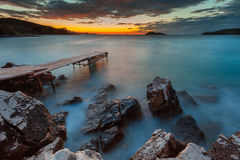 在日落的神秘的海岩石 库存图片