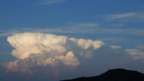在日落的积雨云运动 股票视频