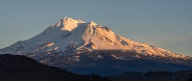 在日落的积雪的山 库存照片