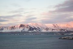 在日落的积雪的山 免版税库存图片