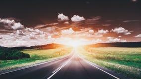 在日落的空的柏油路 美好的横向本质 免版税库存图片