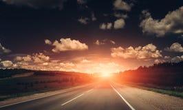 在日落的空的柏油路 美好的横向本质 库存图片