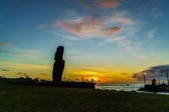 在日落的站立的Moai 库存照片