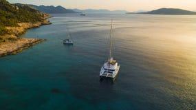 在日落的筏在爱琴海 免版税图库摄影