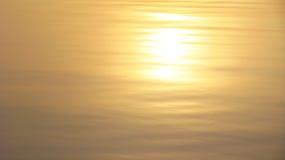 在日落的简单的湖表面 免版税库存照片