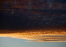 在日落的红色和橙色云彩 免版税图库摄影