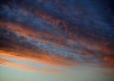 在日落的红色和橙色云彩 免版税库存照片