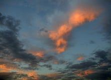 在日落的红色和橙色云彩 图库摄影