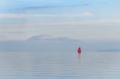 在日落的红色小船在湖加尔达,意大利 库存照片
