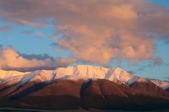 在日落的红色山。 免版税库存图片