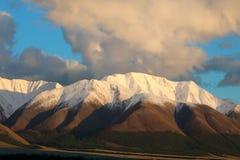 在日落的红色山。 图库摄影