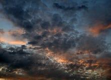 在日落的红色橙色和蓝色云彩 库存图片