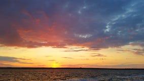 在日落的红色橙色蓝色云彩 免版税库存图片