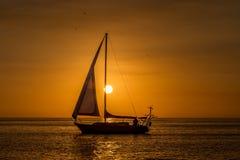 在日落的红色风帆 库存图片