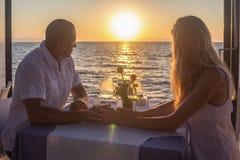 在日落的约会夫妇 库存图片