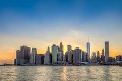 在日落的纽约曼哈顿街市地平线 免版税库存图片