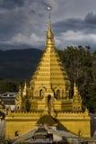 在日落的缅甸语Stupa 库存图片