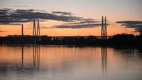 在日落的缆绳被停留的桥梁 股票视频