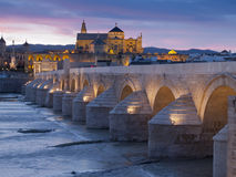 在日落的罗马桥梁在科多巴,西班牙 库存图片