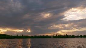 在日落的美丽的云彩在河 股票视频