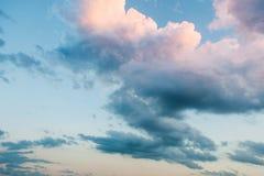 在日落的美丽的五颜六色的天空 免版税库存照片