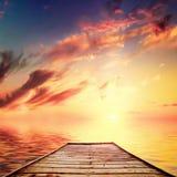 在日落的美丽的减速火箭的码头 免版税库存图片
