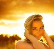在日落的美丽的女性 库存照片