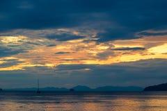 在日落的美丽的明亮的天空在平静的安达曼海 免版税库存图片