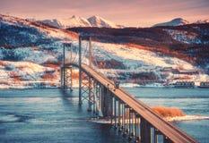在日落的美丽的桥梁在罗弗敦群岛海岛,挪威 库存照片