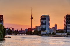 在日落的美丽的橙色天空在柏林 免版税库存照片