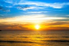 在日落的美丽的海洋 自然的构成 免版税库存图片