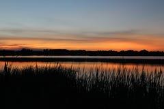在日落的美丽的湖 免版税图库摄影