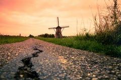 在日落的美丽的荷兰风车从荷兰 免版税库存图片