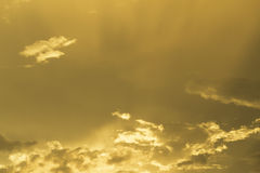 在日落的美丽的金黄天空 免版税库存照片
