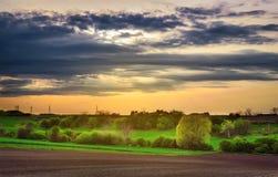 在日落的美好的农村春天风景 免版税库存照片