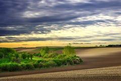 在日落的美好的农村春天风景 免版税库存图片