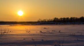 在日落的美好的冬天风景 免版税图库摄影